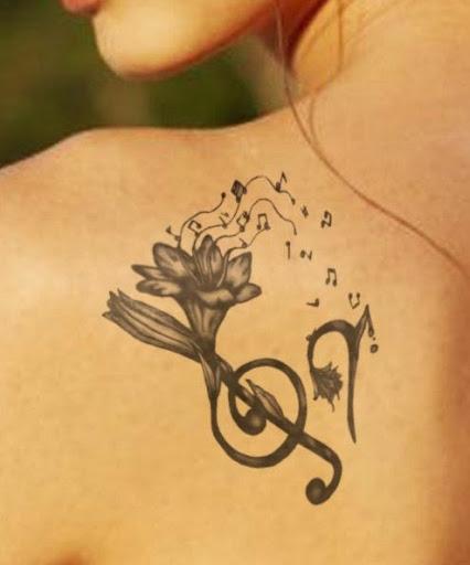 Música Tatuagens de flores no ombro