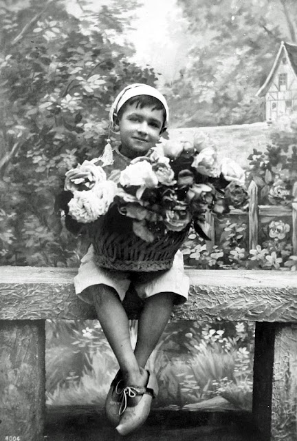 Freebie French postcard vintage child at AppleApricot.com