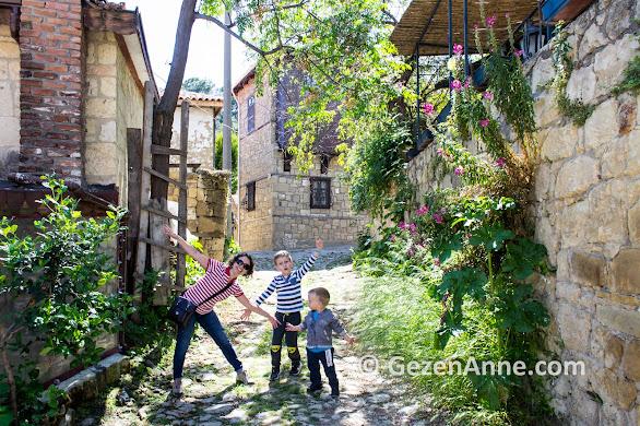 Yeşilyurt köyünde çocuklarla dolaşırken, Küçükkuyu Kazdağları