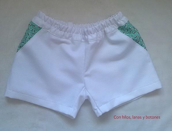 Con hilos, lanas y botones: conjunto de blusa y pantalón corto para niña