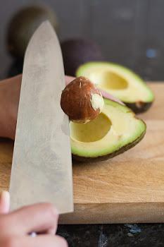 Uklanjanje koštice avokada nožem