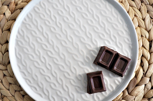 Hygge lautanen Ikeasta ja tummaa suklaata