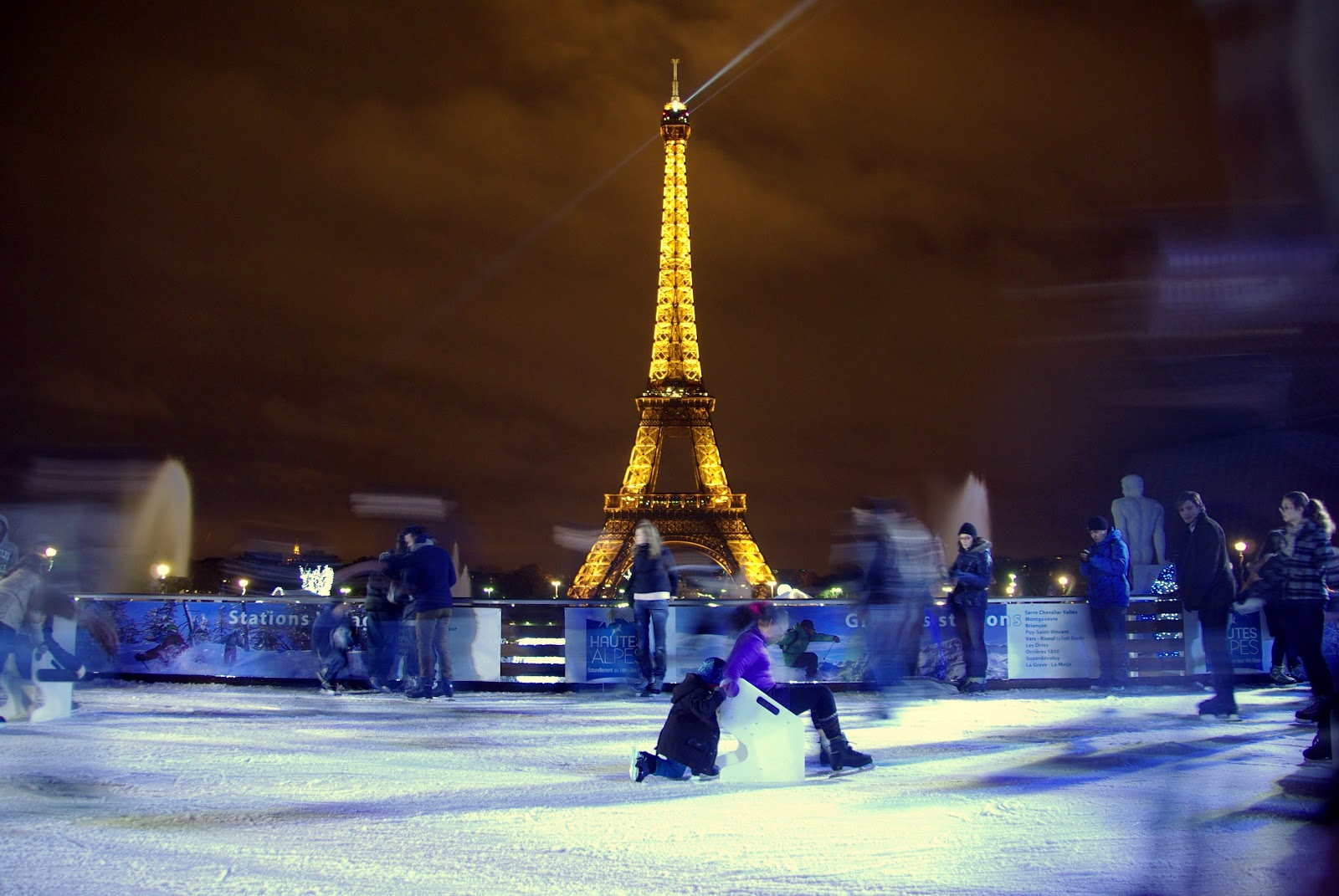 ParisDailyPhoto: Skating by the Eiffel Tower...