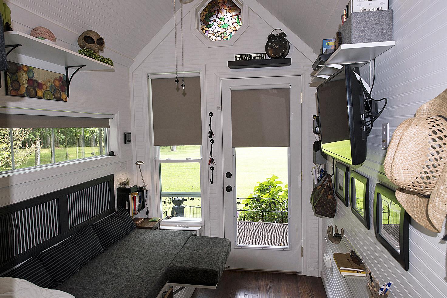 Tiny Home Designs: TINY HOUSE TOWN: Mendy's Tiny Home (128 Sq Ft