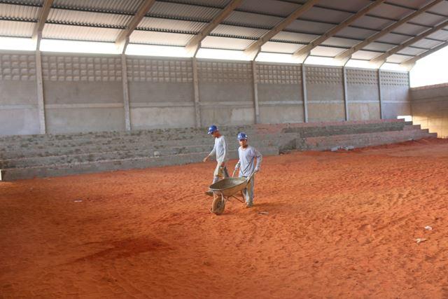 Quadra poliesportiva, coberta com arquibancadas, que está sendo construída