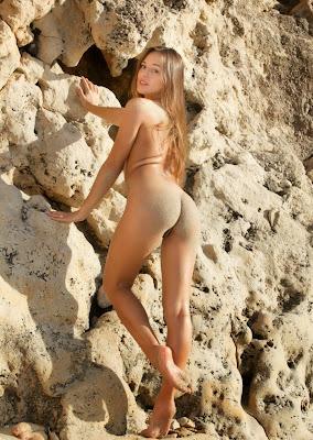 круглая голая жопа девушки