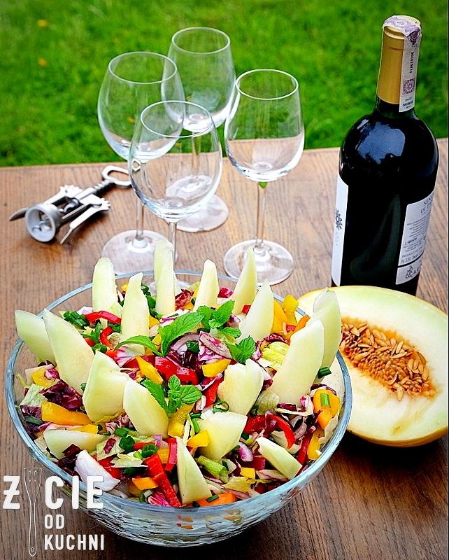 salatka z melonem, salatka do grilla, sezonowe przepisy, lipiec, lipiec wkuchni, warzywa sezonowe lipiec, lipiec owoce sezonowe lipiec, lipiec warzywa sezonwe, sezonowa kuchnia, sezonowosc, zycie od kuchni, lipiec zestawienie przepisow