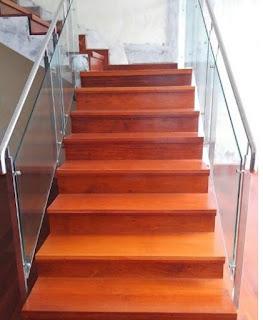 contoh pemasangan papan kayu pada area tangga Rumah