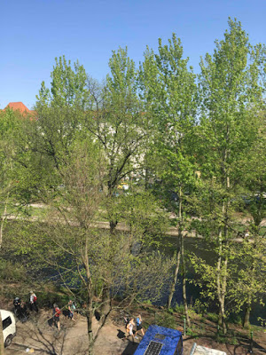 Blätter, Bäume, blauer Himmel, Kanal, Passanten