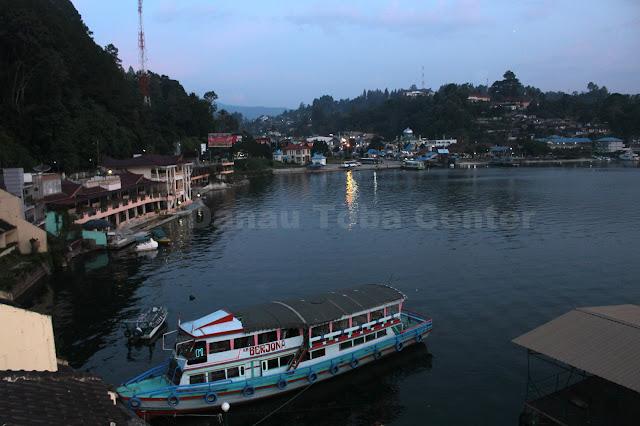 Kota Parapat kabupaten Simalungun terlihat pada malam hari sekitar pukul 18 : 30 Wib, dan terlihat Danau Toba yang mengitari kota itu.  (photo: tagor)