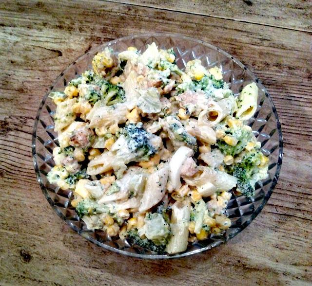 salatka brokulowa salatka z brokulami kurczakiem kukurydza makaronem jajkiem salatka makaronowa pozywna salatka tresciwa salatka