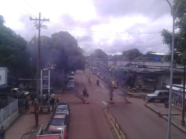 AMAZONAS: Protestaron con quema de cauchos por falta de combustible en Puerto Ayacucho.