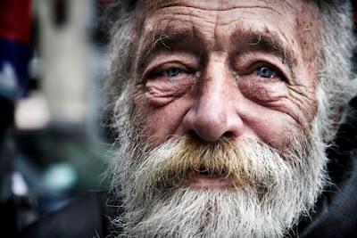 Anciano con barba blanca foto