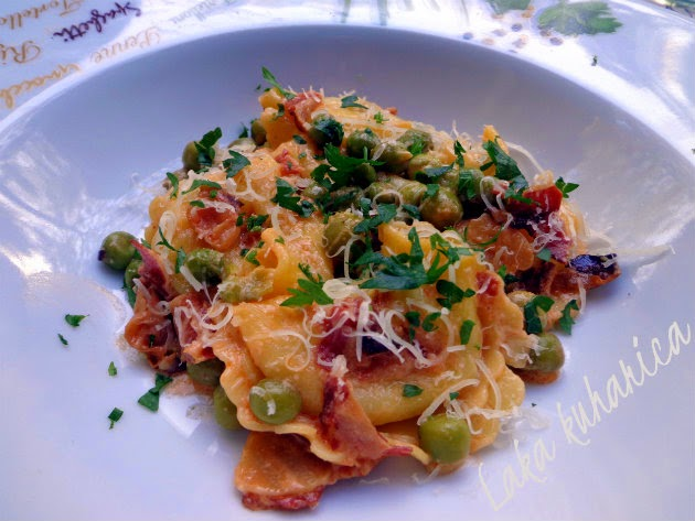 Tortellini with peas and pancetta by Laka kuharica: light meal ideal for summer.