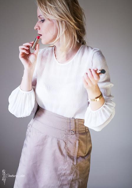 złota ołówkowa spódnica, biała bluzka, czerwona szminka
