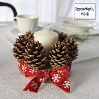 Świąteczny świecznik z szyszkami