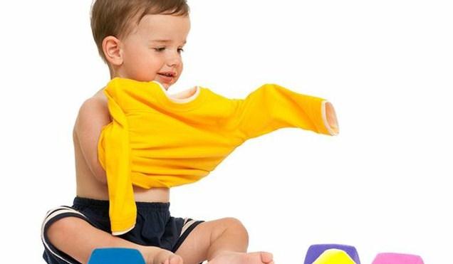 Cara Mengajarkan Anak Pakai Baju Sendiri Sejak Usia Dini