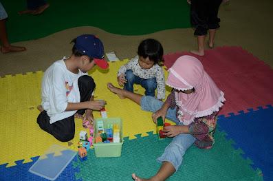 Anak anak bermain Lego