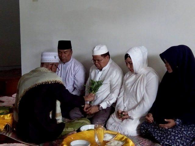 Abu Tumin Peusijuek Paslon H.Amiruddin Idris - Ridwan Khalid