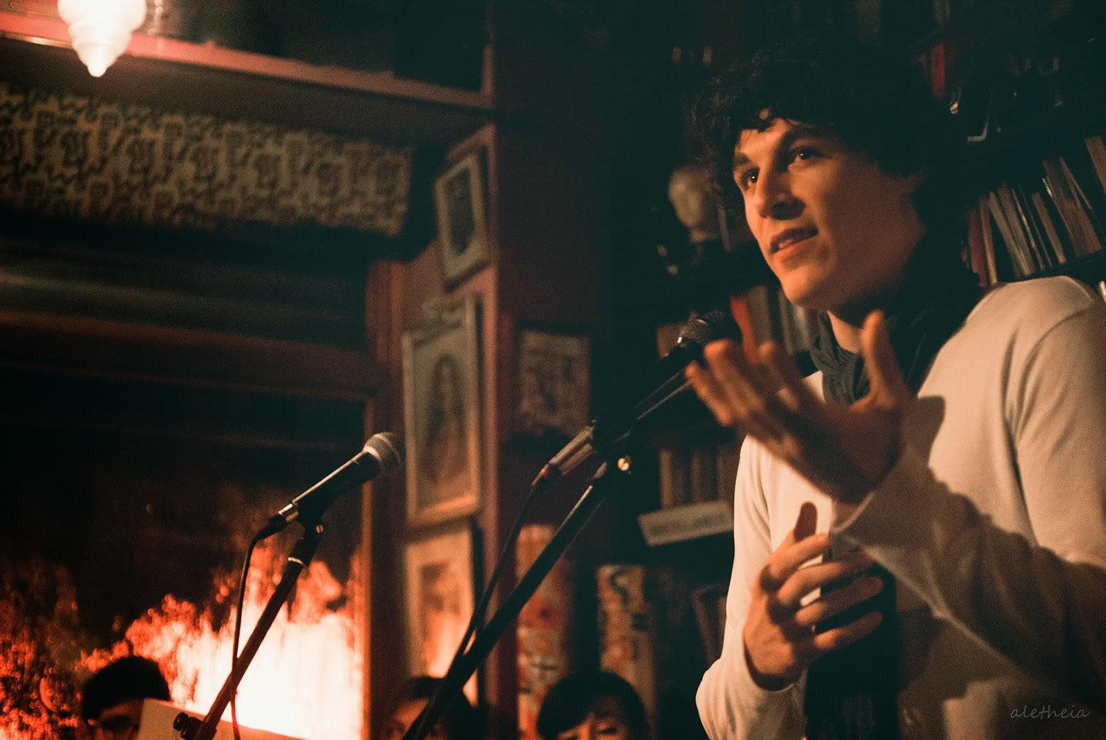 AlbertoEsFeliz recitando poesía