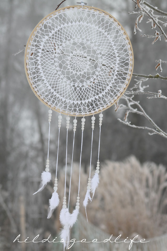 Weißer Dreamcatcher gehäkelt mit Perlen und Federn