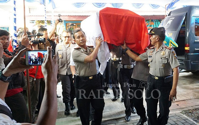 Jenazah Korban Lion Air JT-610, AKBP Mito Dipanggul 7 Kapolres