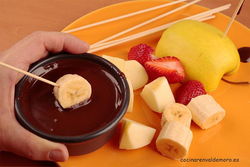 Bañando las frutas en el chocolate