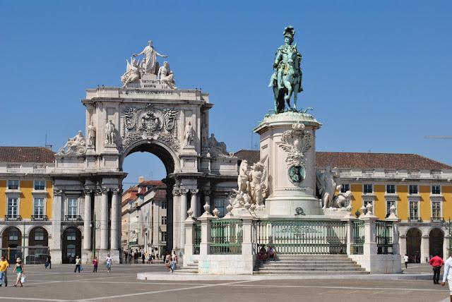 Arco da Rua Augusta e estátua na Praça do Comércio