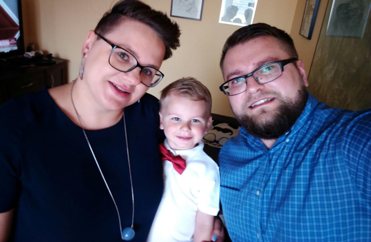 szczęśliwe dziecko w pełnej rodzinie
