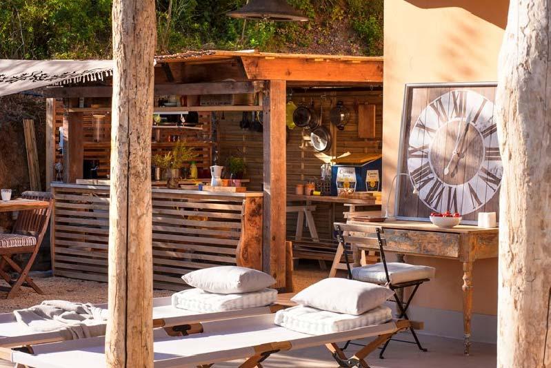 pergola con cucina in legno di noce nostrano