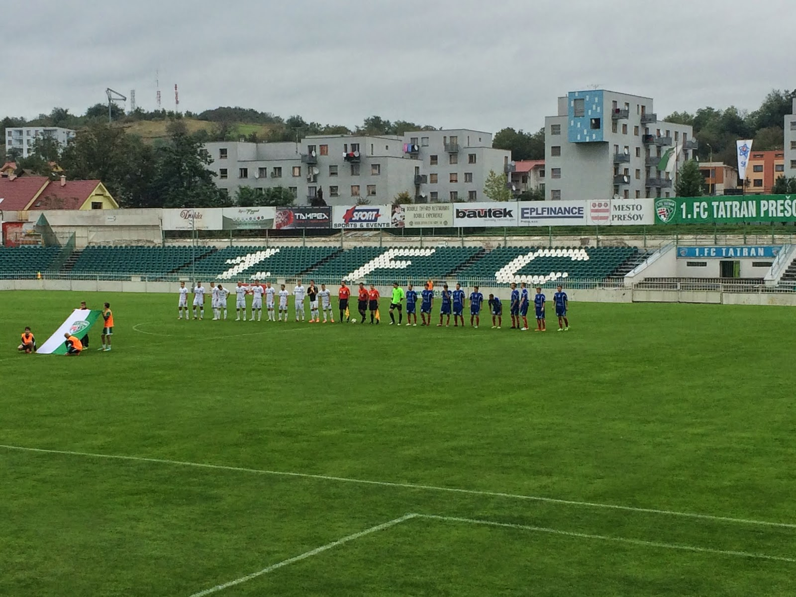 eb604397e51fc Dnešný zápas sa hral sa dobrého futbalového počasia no bolo už chladnejšie  a pod mrakom. Už príchod na štadión napovedal, že dnešná návšteva nebude  veľká a ...