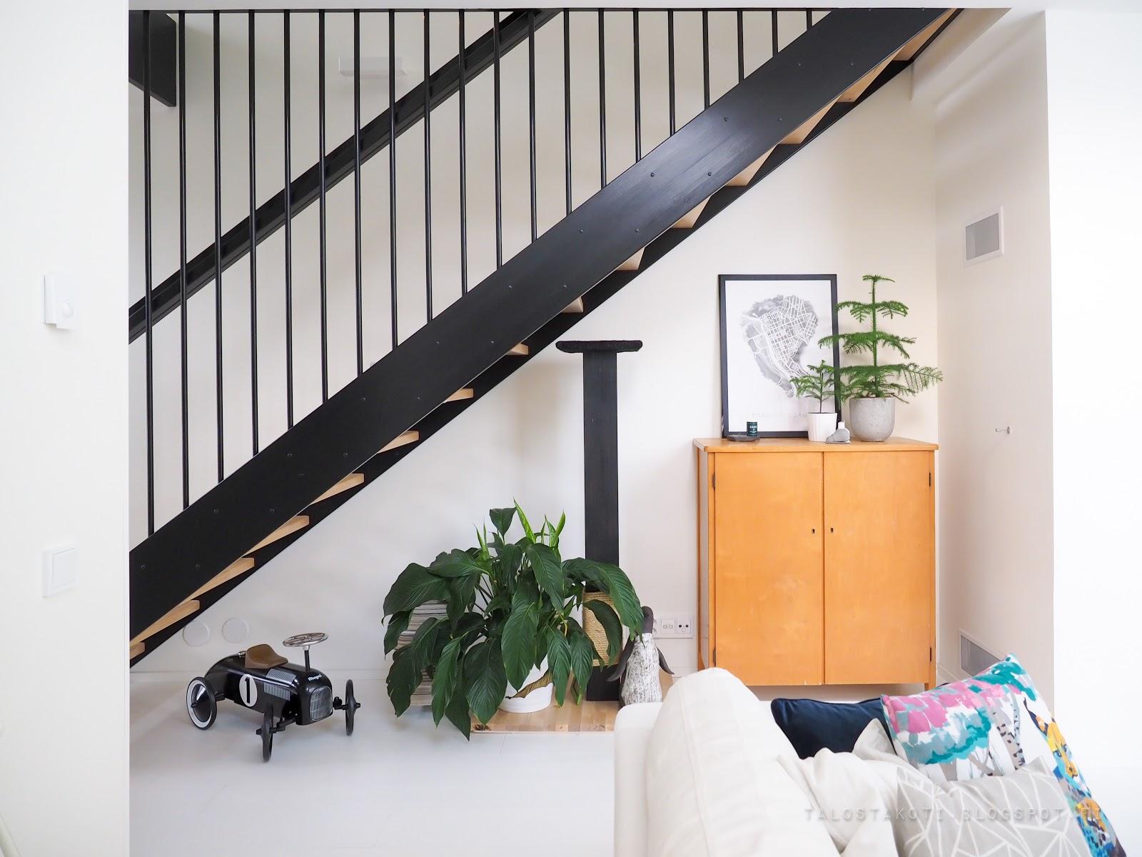 pinnakaide, portaikko, liinavaatekaappi