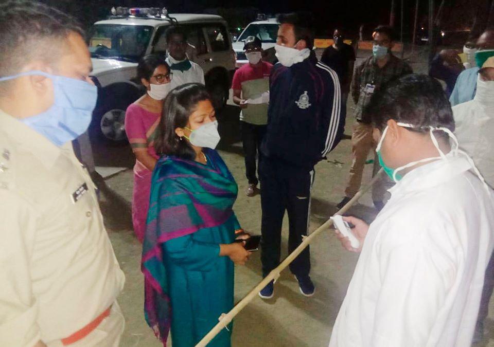Ratlam Samachar- कलेक्टर, एसपी ने सोमवार रात्रि माननखेड़ा चेक पोस्ट का निरीक्षण किया
