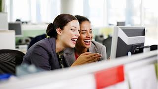 """(CNN) — Procter & Gamble cerró algunos accesos a internet la semana pasada, pero no para evitar que sus empleados estuvieran en Facebook o elaboraran correos electrónicos personales en horas de trabajo.Fue para que dejaran deacaparar el ancho de bandade la empresa escuchando música o viendo películas en internet. En un memorándum del 3 de abril, la empresa, que fabrica desde detergente Tide, Pringles, hasta pilas Duracell, dijo a sus 129,000 empleados que ya no podían usar el sitio destreamingde música, Pandora o el sitio de películas Netflix, en el trabajo. """"Somos unas de esas empresas indulgentes en términos de"""