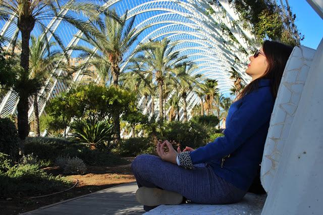 Meditando dentro do L'Umbracle, na Ciudad de las Artes y las Ciencias.