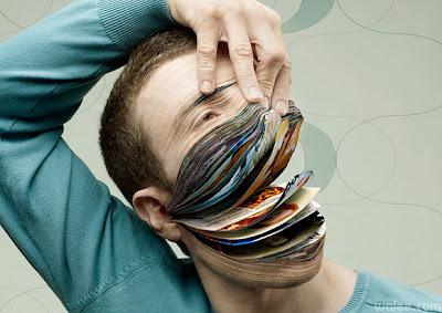 Hombre revista manipulación digital.
