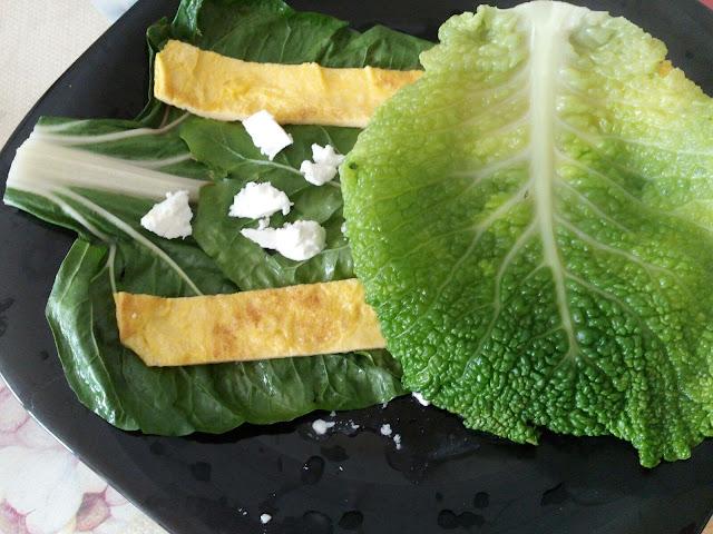 Colocando las hojas de repollo, la segunda capa de nuestros rollitos
