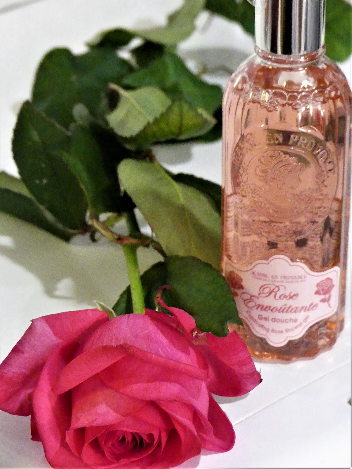 Le gel de douche rose envoûtante nettoie la peau en douceur et laisse un  délicat parfum de rose. Une base lavante d origine végétale, enrichie de  glycérine. f996637710bf
