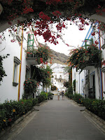 Picture of a flower-covered archway in Puerto de Mogan.