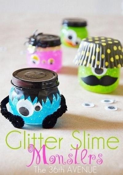 Ubah toples menjadi monster. Tambahkan slime di dalamnya supaya lebih menarik untuk dimainkan oleh anak-anak.