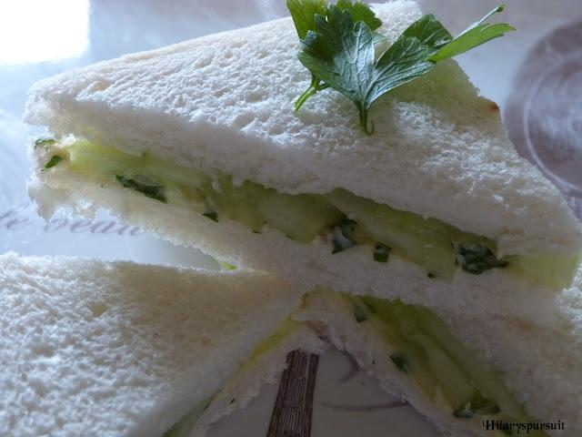 Mini-sandwiches au concombre et beurre persillé