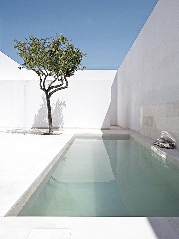 Turquoise pool waters, minimalistic outdoor design | Alberto Campo Baeza