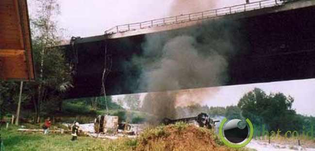 Truck vs Bridge - $ 358 Juta