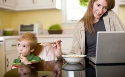 قدرات خارقة وحدها الأمّ تتمتع بها امرأة تستعمل كمبيوتر مشغوله عن ابنها woman super mom mother working on laptop son kid child