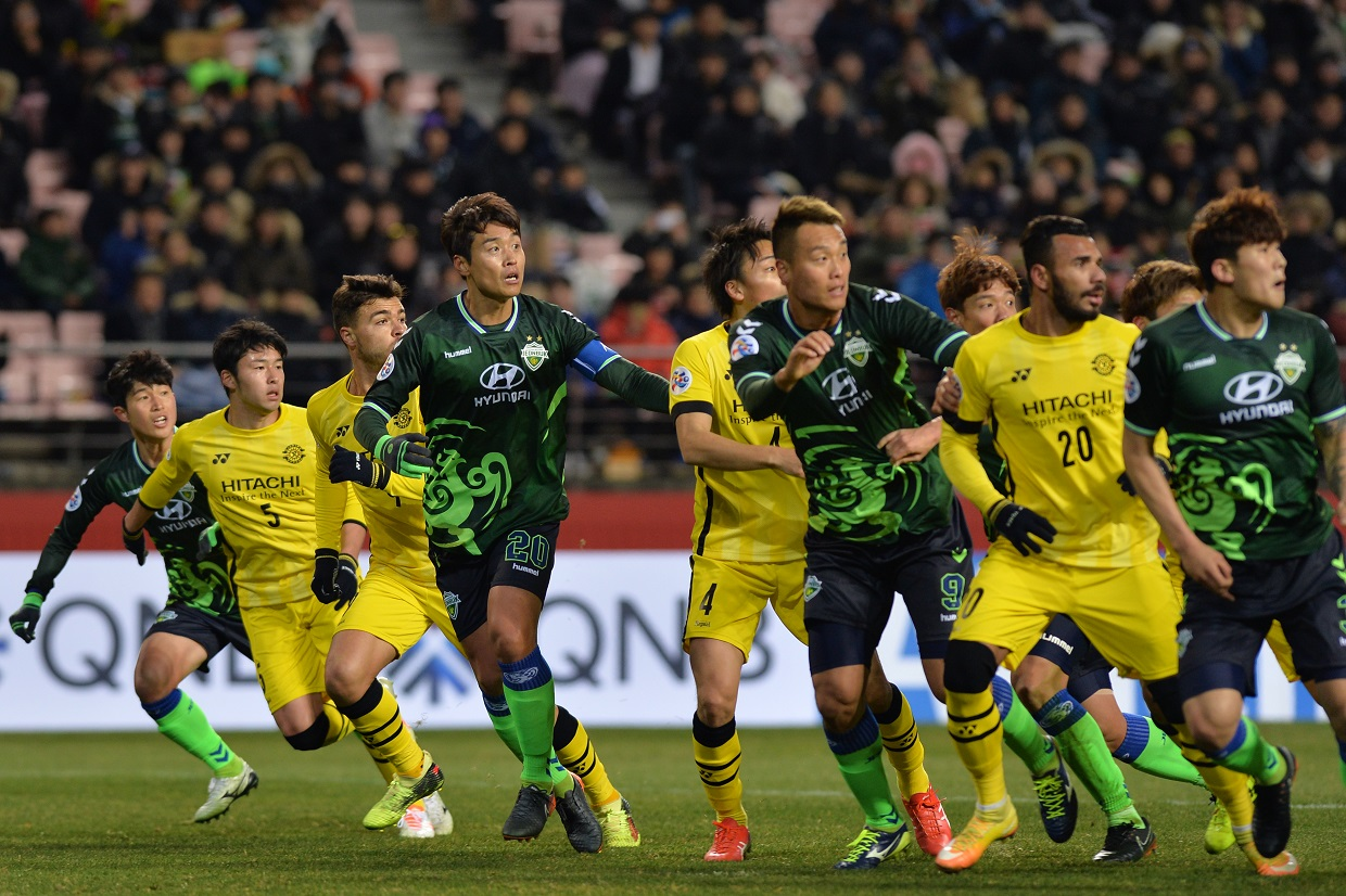 Jeonbuk Hyundai Motors came from behind in AFC Champions League match with Kashiwa Reysol, thanks to some heroics from veteran striker Lee Dong-gook.
