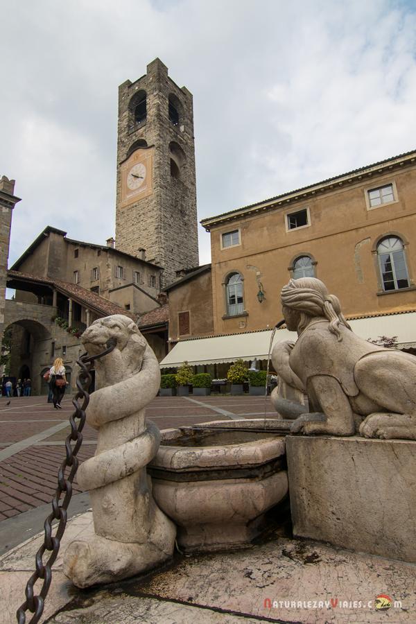 Fuente de la plaza Vecchia. Al fondo el Campanone