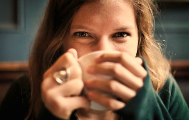 Donna che beve una tisana contro l'acne