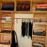 armario hecho con cajas de madera recicladas
