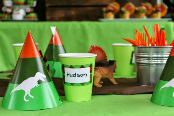 Kid's Party styling and decorating tips by Love That Party. Dinosaur Party Printable decorations y Love That Party
