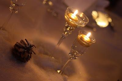 Goldene Kerzen,Winterhochzeit in den Bergen von Garmisch-Partenkirchen, Riessersee Hotel, Hochzeitshotel in Bayern, Gold, Weiß, Tannenzapfen, Winter wedding gold, white, pine cones, lake-side wedding abroad